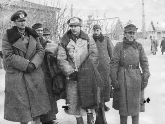 Скончался Паулюс 1 февраля 1957 года, как раз накануне 14-й годовщины гибели его армии под Сталинградом. Главной причиной смерти, по одним данным, являлся латеральный склероз головного мозга — заболевание, при котором сохраняется ясность мышления, но наступает паралич мышц, а по другим — злокачественная опухоль.