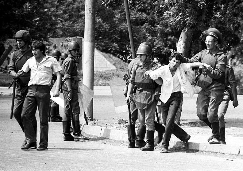 8268 14.04.1989 Солдаты задерживают молодчиков на улицах Коканда. Утарбеков/РИА Новости