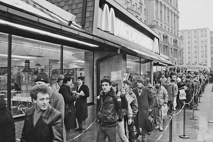 На рассвете 31 января 1990 года свыше 5 тысяч человек собрались перед рестораном, ожидая открытия.