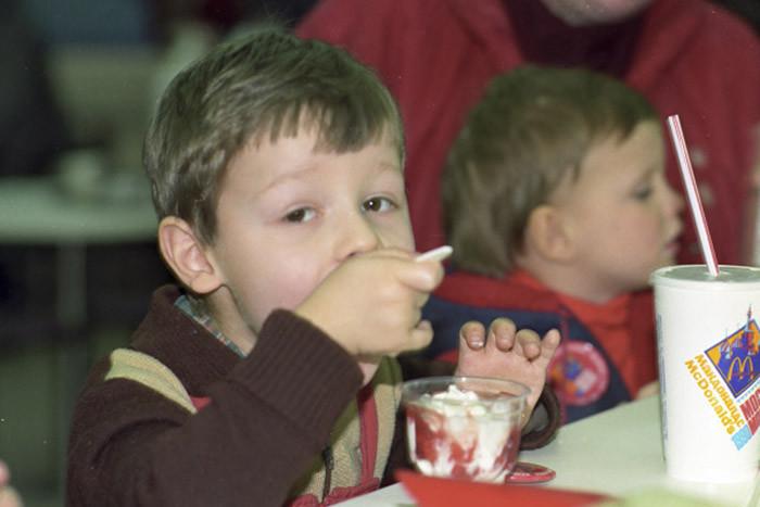 Дети в ресторане «Макдоналдс», 1990 год