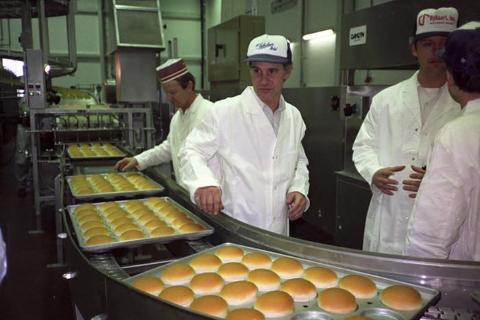 Но договор канадцы смогли подписать лишь через 12 лет — в 1988 году. Московские газеты сообщали, что «Макдоналдс» будет приглашать на работу студентов и школьников на неполный рабочий день.