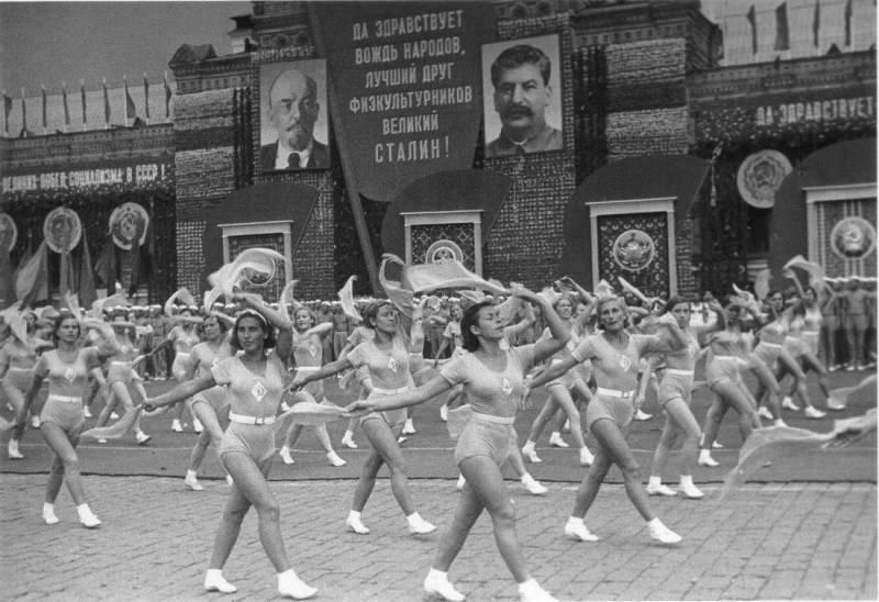 В период с момента образования СССР в 1922 году до 1943 года в качестве гимна использовался «Интернационал» — французская песня, посвящённая восстанию Парижской коммуны.