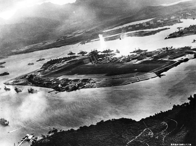 Японские самолеты в воздухе над Перл-Харбором (вверху по центру и справа вверху). Фото сделано с борта японского самолета (ВМС США)