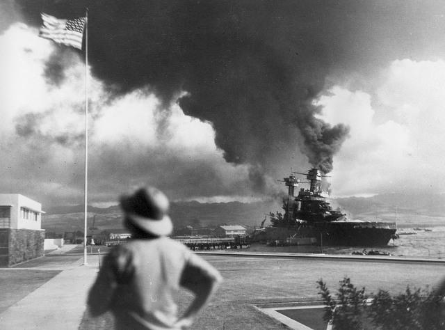 Американские корабли горят во время японской атаки на Перл-Харбор, Гавайи, 7 декабря 1941 года. (AP Photo)