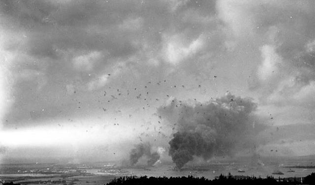 Панорама неба над Перл-Харбором, наполненное дымом и огнем зенитной артиллерии 7-го декабря 1941 года. Очевидно, это фото было сделано уже во время второй волны налета, когда американцы пришли в себя. (Национальный архив)
