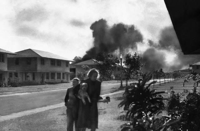 Жены офицеров двигаются от места бомбежки. (AP Photo / Mary Найден)