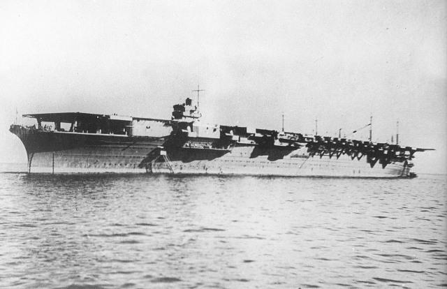 Японский авианосец «Дзуйкаку», в сентябре 1941 года. Он скоро двинется в сторону Гавайских островов. Это один из шести авианосцев, используемых в атаке Императорского Флота Японии на Перл-Харбор. (US Naval исторический центр)