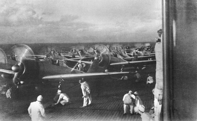 """На снимке истребители """"Зеро"""" готовятся к вылету на Перл-Харбор, Гавайи."""