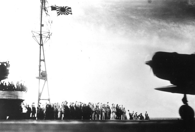 На этой фотографии мы видим, как экипаж авианосца прощается с взлетающими бомбардировщиками Накадзима B-5N, которые идут в боевой вылет на Перл-Харбор 7 декабря. (AP Photo)