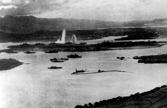 Вид с японского самолета на первые удары по американским кораблям.