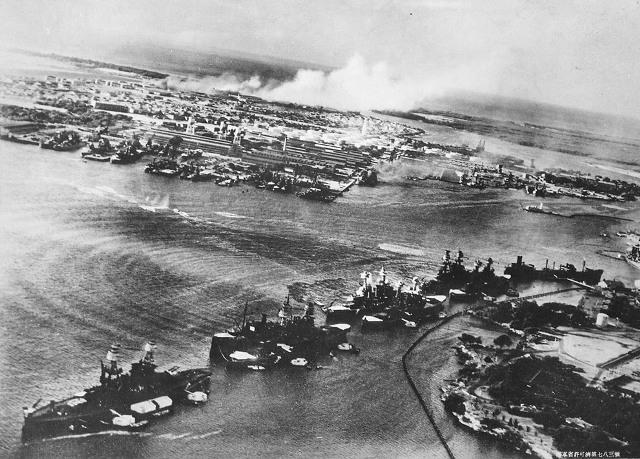 Эти фотографии, сделанные японцами во время налета на Перл-Харбор, позже были захвачены американцами.