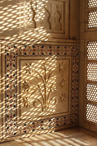 Экстерьер Тадж Махала относят к лучшим образцам архитектуры. В создании декоративных элементов мечети использовали различные штукатурки, краски, резные фигурки и каменные инкрустации