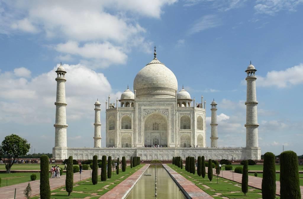 Над могилой своей жены по приказу Шах-Джахана был построен красивейший дворец Тадж Махал в котором он спустя несколько лет и сам был похоронен возле могилы своей жены