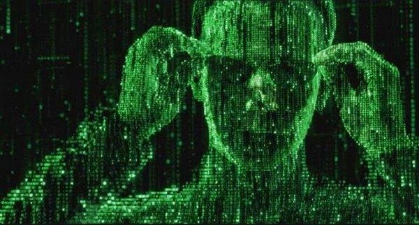 Чтобы создать подлинный зеленый вид внутри Матрицы, все костюмы, которые носили актеры, окунали в зеленую краску. Синий цвет внутри Матрицы полностью исключили. Зеленый оттенок был на всем, и это делалось для того, чтобы казалось, будто вы смотрите через экран компьютера. Дизайнер костюмов Ким Баррет (Kym Barret) окунул все костюмы, которые носили внутри Матрицы, в зеленую краску.