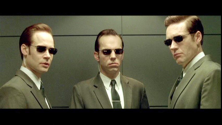 Солнечные очки являются неотъемлемой частью костюмов фильма. Все главные герои фильма носят солнечные очки, которые были сделаны на заказ для каждого из них. Форма линз отличается у агентов и у группы отступников. Агенты носят очки прямоугольной формы, в то время как у отступников - округлые линзы, что говорит о том, что они настоящие, а агенты заодно с машинами. Когда герои снимают очки - это символизирует снятие маски и уязвимость, как в сцене пытки Морфея, где он без очков.