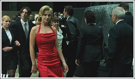 """Во время сцены """"Женщин в красном"""", когда Морфеус провожает Нео по компьютерной симуляции Матрицы, было задействовано множество близнецов, чтобы создать иллюзию повторяющейся программы. Например, высокого мужчину с приглаженными черными волосами и солнечными очками в начальной сцене можно увидеть несколько секунд спустя в качестве полицейского, выписывающего парковочный талон."""