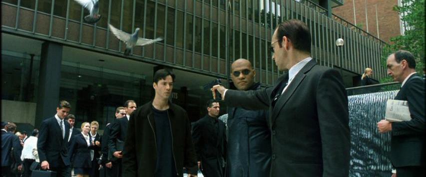 В начале фильма можно заметить дату 19 февраля 98 года, а в конце фильма видна дата 18 сентября 99 года. Это говорит о том, что события в фильме произошли в течение 19 месяцев.