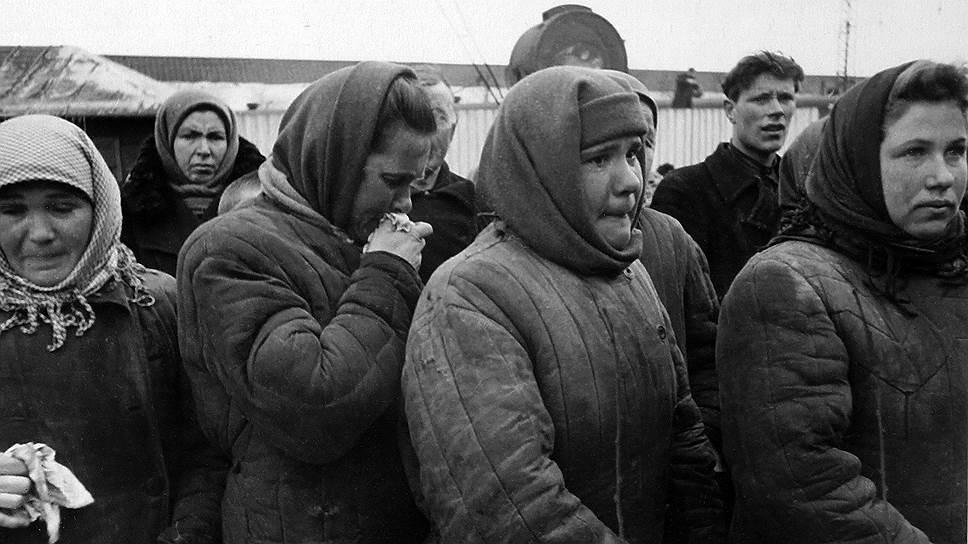 Поэт Евгений Евтушенко, вспоминал, как юношей оказался в этой страшной толпе: «В каких-то местах на Трубной площади нужно было высоко поднимать ноги — шли по мясу.