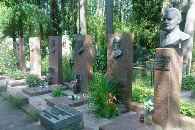 Памятники футболистам Пахтакора